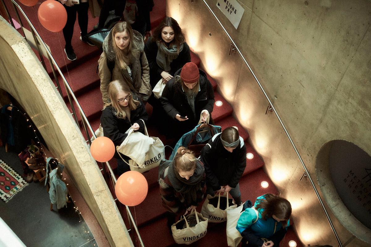 Wartende Frauen auf der Treppe