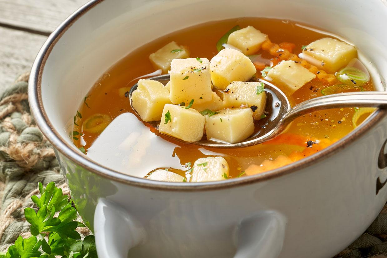 Kräftige Suppe mit Eierstich