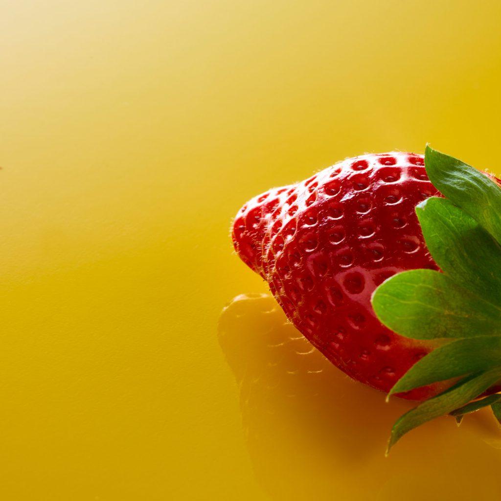 Erdbeere auf gelber Farbe.