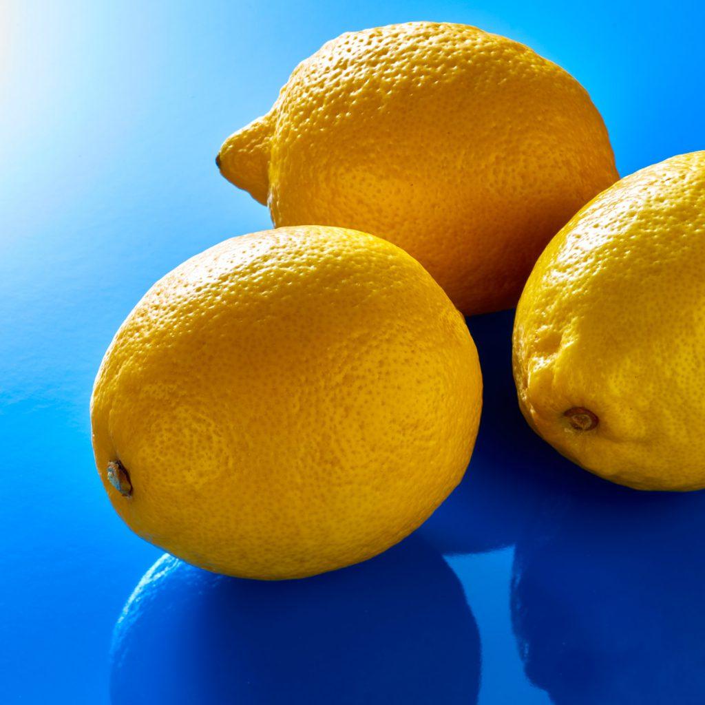 Zitrone auf blauer Farbe.